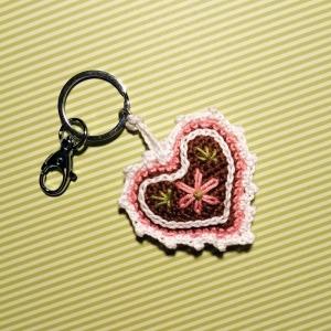 Schlüsselanhänger Taschenbaumler Lebkuchenherz mit Blümchen und viel Zuckerguss mit Buchstaben personalisierbar aus Baumwolle gehäkelt mit Karabiner