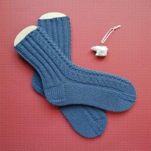 Socken Größe 38-39 in jeansblau mit seitlicher Musterbordüre handgestrickt - Handarbeit kaufen