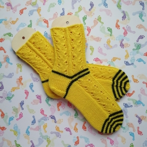 Socken Größe 36-37 in knallgelb mit schwarzen Ringeln einer Biene gleich mit hübschen Ajourmuster handgestrickt - Handarbeit kaufen