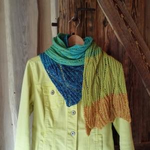 Schal mit Blatt-Ajourmuster in Rippenoptik aus Verlaufsgarn in den Farben des Regenbogens handgestrickt - Handarbeit kaufen