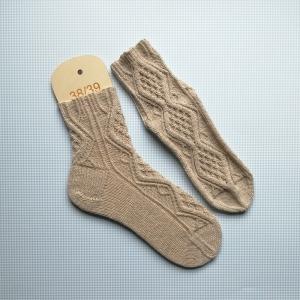 Socken Größe 38-39 in Naturfarben mit feiner und detailreicher Musterbordüre auch für die Tracht handgestrickt - Handarbeit kaufen