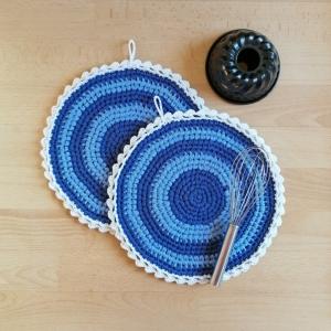 Zweier-Set Topflappen Upcycling aus selbstgemachtem Bändchengarn gehäkelt dunkelblau-hellblau-weiß mit hübscher Borte - Handarbeit kaufen