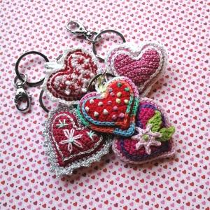 Schlüsselanhänger Taschenbaumler Herz ❤️ verschiedene Deko mit Buchstaben personalisierbar aus Baumwolle gehäkelt mit Karabiner - Handarbeit kaufen