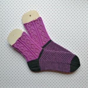 Socken Größe 40-41 in lila-anthrazit mit hübschen Ajour- und Strukturmuster handgestrickt - Handarbeit kaufen