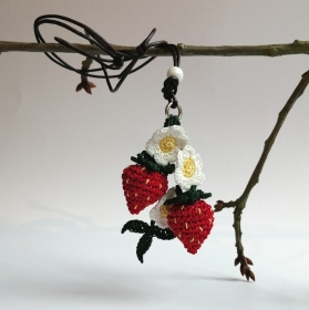 Halskette Glitzer-Erdbeeren mit Blümchen und Blatt gehäkelt mit Glasperle an einem Lederband mit Schiebe-Knoten
