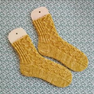 Socken Größe 40-41 aus melierter Naturwolle mit feinem Rebenmuster auch sehr schön zur Tracht handgestrickt - Handarbeit kaufen