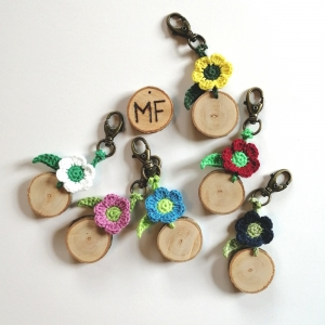 Schlüsselanhänger Taschenbaumler Blümchen handgehäkelt mit Holzscheibchen und Initialen mit Karabiner - Handarbeit kaufen