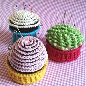 Nadelkissen Cupcake Muffin mit viel Zuckerguss in zuckersüßen Farben handgehäkelt - Handarbeit kaufen