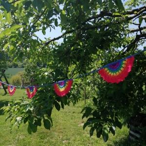 Girlande Regenbogen aus Baumwollgarn gehäkelt