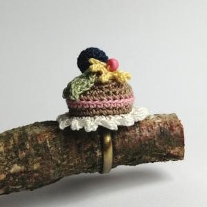 Ring Törtchen Kuchen Cupcace mit Heidelbeere und Blümchen auf Spitzendeckchen sehr fein gehäkelt - Handarbeit kaufen