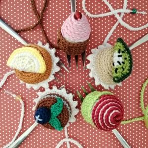 Lesezeichen zuckersüße Törtchen Cupcakes aus Baumwolle gehäkelt mit Glasperlen - Handarbeit kaufen
