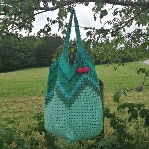 Grannysquare-Häkeltasche Markttasche Shopper mit Zick-Zack-Muster in verschiedenen Grüntönen und Kirschen für den Sommerlook - Handarbeit kaufen