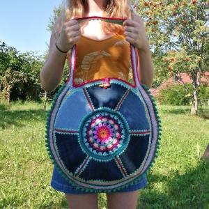 Häkeltasche mit Jeans-Upcycling Blumengranny im Bohostyle mit Knebelverschluss für den Sommer