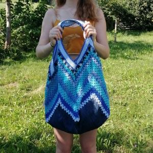 Grannysquare-Häkeltasche Markttasche Shopper mit Zick-Zack-Muster und Jeans-Upcycling in verschiedenen Blautönen - Handarbeit kaufen