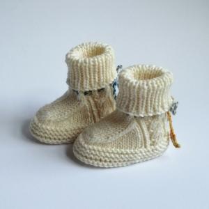 Babyschuhe, Babybooties 3-6 Monate in wollweiß, oder Wunschfarbe mit hübschem Zopfmuster handgestrickt - Handarbeit kaufen