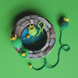 Lesezeichen Froschkönig mit Krönchen und goldener Kugel am langen Band aus Baumwolle gehäkelt - Handarbeit kaufen