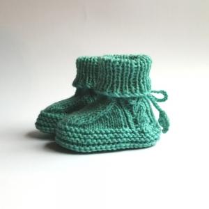 Babyschuhe, Babybooties 6-9 Monate in mint, oder Wunschfarbe mit hübschem Zopfmuster handgestrickt - Handarbeit kaufen