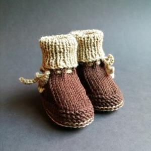 Haferlschuhe, Babyschuhe, Babybooties 6-9 Monate in Brauntönen mit seitlicher Bindung handgestrickt - Handarbeit kaufen