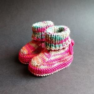 Babyschuhe, Babybooties 3-6 Monate aus fröhlichem Verlaufsgarn handgestrickt - Handarbeit kaufen