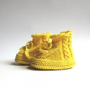 Babyschuhe, Babybooties 3-6 Monate in Knallgelb mit Zopfmuster handgestrickt - Handarbeit kaufen