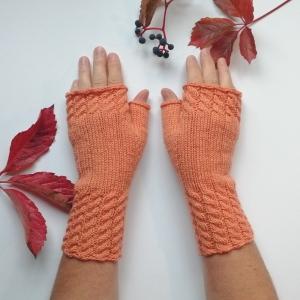 Stulpen fingerlose Handschuhe mit Daumen und hübschen Zopfmuster aus Wolle handgestrickt