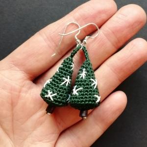 Ohrringe Weihnachtsbaum aus Baumwolle sehr fein handgehäkelt mit Sternchen bestickt und mit Holz- und Glasperlen - Handarbeit kaufen