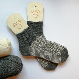 Socken Größe 38-39 mit schönem Bündchen und Strukturmuster in grau und wollweiß handgestrickt - Handarbeit kaufen