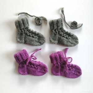 Babysocken mit hübschen Minimuster und Bindeband handgestrickt - Handarbeit kaufen