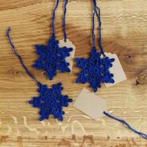 Eisblume Schneeflocke Weihnachtsschmuck Geschenkanhänger aus Baumwolle gehäkelt mit Namenskärtchen - Handarbeit kaufen