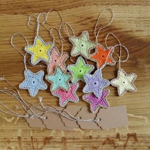 Sterne in bonbonfarben mit Silber- oder Goldrand aus Baumwolle gehäkelt mit Namenskärtchen - Handarbeit kaufen