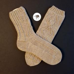 Spider-Socken Größe 42-43 mit eingearbeitetem Spinnen-Relief in warmen Grau handgestrickt - Handarbeit kaufen