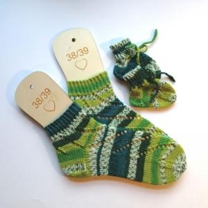 Mamasocken Größe 38-39 samt Babysocken aus Verlaufsgarn mit hübschen Lochmusterstreifen handgestrickt in schöner Geschenktüte verpackt