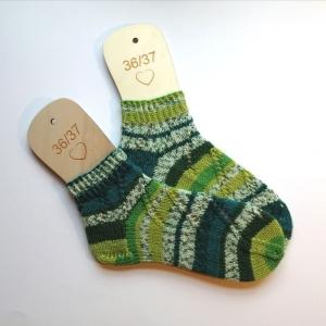 Socken Größe 36-37 aus Verlaufsgarn mit hübschen Lochmusterstreifen handgestrickt - Handarbeit kaufen
