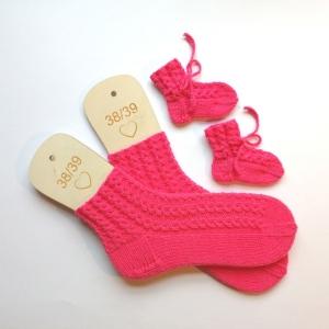 Mamasocken Größe 38-39 samt Babysocken mit hübschen Lochmusterstreifen handgestrickt in schöner Geschenktüte verpackt - Handarbeit kaufen