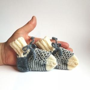 Babysocken mit hübschen Strukturmuster und Streifen mit Bindeband handgestrickt - Handarbeit kaufen