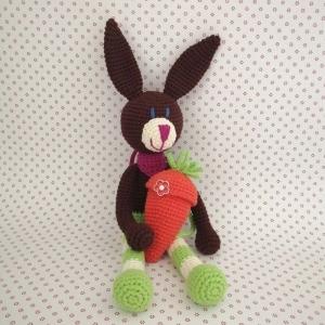 Hase Kuschelhase Bunny mit frecher Ringelhose und Halstüchlein mit Karotten-Rucksack gehäkelt - Handarbeit kaufen