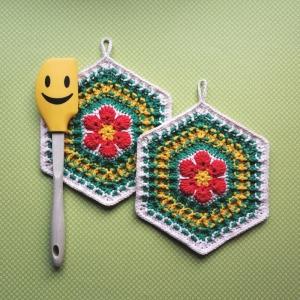 Zweier-Set Topflappen im 70er Jahre Retrostyle mit quietschoranger Blume und Waffelmuster im Hexagon aus Baumwolle gehäkelt - Handarbeit kaufen