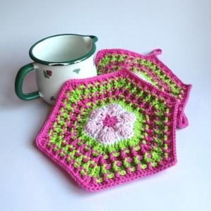 Zweier-Set Topflappen im 70er Jahre Retrostyle in süßem Rosa-Pink-Grün im Waffelmuster als Hexagon aus Baumwolle gehäkelt - Handarbeit kaufen
