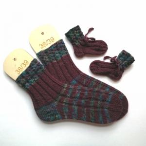 Mamasocken Größe 38-39 samt Babysocken mit hübschen Lochmusterbündchen und Streifen handgestrickt in schöner Geschenktüte verpackt - Handarbeit kaufen