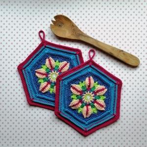 Zweier-Set Topflappen mit wunderschöner plastisch gearbeiteter Blüte aus Baumwolle gehäkelt - Handarbeit kaufen