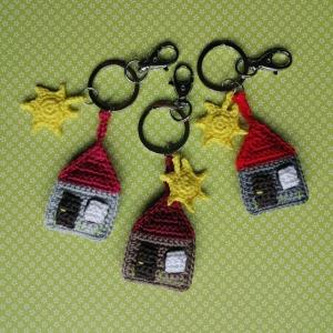 Schlüsselanhänger Taschenbaumler HOME SWEET HOME, Häuschen mit Sonne aus Baumwolle gehäkelt mit Karabiner - Handarbeit kaufen
