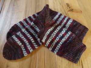 Schöne kuschelige Socken in der Größe 38-40, rot/grau meliert mit grau/weißen Streifen, handgestrickt mit 4-fädiger Sockenwolle - Handarbeit kaufen