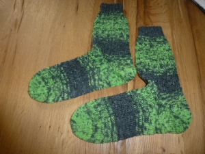 Schöne kuschelige Socken mit schickem Lochmuster in der Größe 38/39, hellgrün/grau, gemustert, handgestrickt mit 4-fädiger Sockenwolle  - Handarbeit kaufen