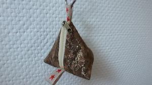 ♡kleines Pyramidentäschchen aus Korkstoff♡, Schnullertäschchen, Schlüsseltäschchen, Täschchen für Kleingeld, Utensilo mit Reißverschluss.  - Handarbeit kaufen