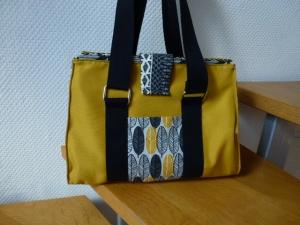 ✂ DoktorTasche ✂ nach einem Taschenspieler Schnitt von farbenmix✂ ★Umhängetasche aus gelbem Outdoorstoff mit schwarz gemustertem Dekostoff  - Handarbeit kaufen