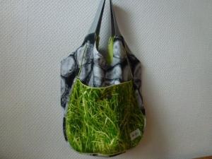✂Big Shopper ✂ grau/schwarz gemustert mit Holzmotiven und einer aufgesetzten Tasche in grün, passend zur angebotenen Geldbörse - Handarbeit kaufen