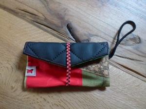 ♥ Kleine Handytasche aus Stoff, Kunstleder und Kork, ♥ schwarz, rot/grün gemustert, brauner Kork♥    - Handarbeit kaufen
