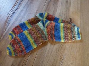 Schöne kuschelige Socken in der Größe 40/41 mehrfarbig gemustert, handgestrickt mit 4-fädiger Sockenwolle von Opal