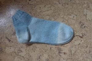 Hellblaue kuschelige Sommersocken in der Größe 38-40, SneakerSocken ☆2☆, handgestrickt aus 4-fädiger Sommer-Sockenwolle  - Handarbeit kaufen