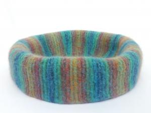 Katzenkorb/Katzenbett aus Schafwolle Strickfilz regenbogenfarben, waschbar  - Handarbeit kaufen